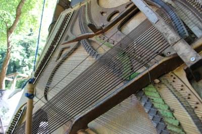 Ein ausrangiertes Klavier lädt zum Klimpern ein.