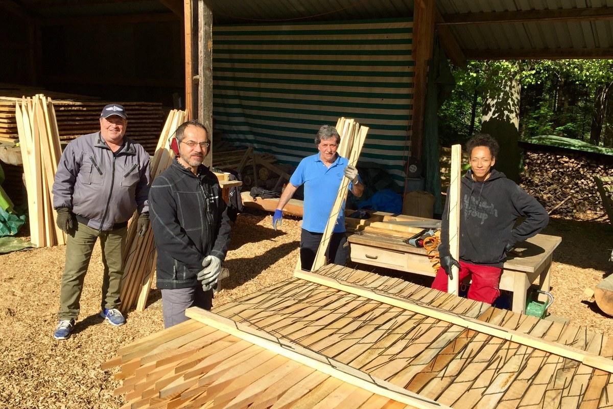 Gruppenbild mit viel Holz. Vergrösserte Ansicht