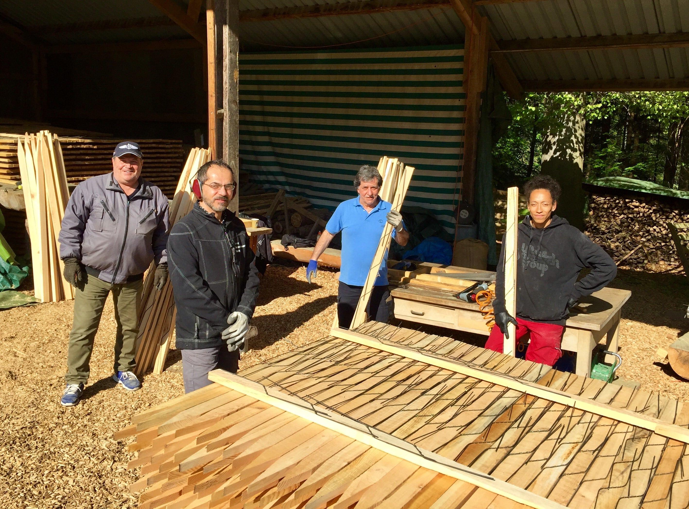 Gruppenbild mit viel Holz