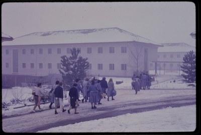 Umzug der Insassinnen in neue Gebäude anno 1960