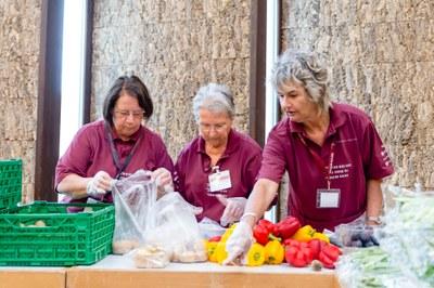Abpacken und Portionieren der Esswaren