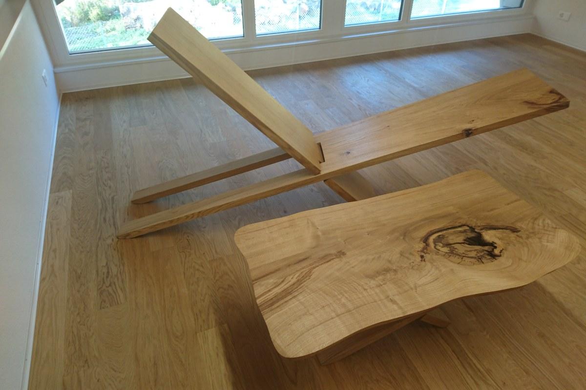 Holzliege zum Entspannen. Vergrösserte Ansicht