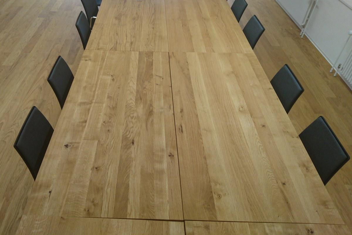 Holztisch mit Charakter. Vergrösserte Ansicht